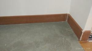 Len chân tường trước khi sơn